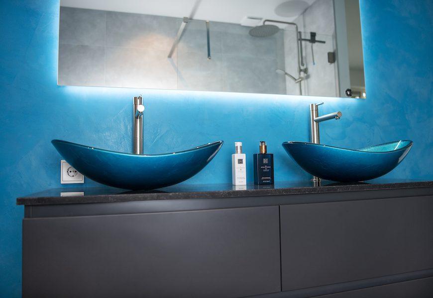 De achterwand vormt het decor waarop de waskommen goed tot hun recht komen.