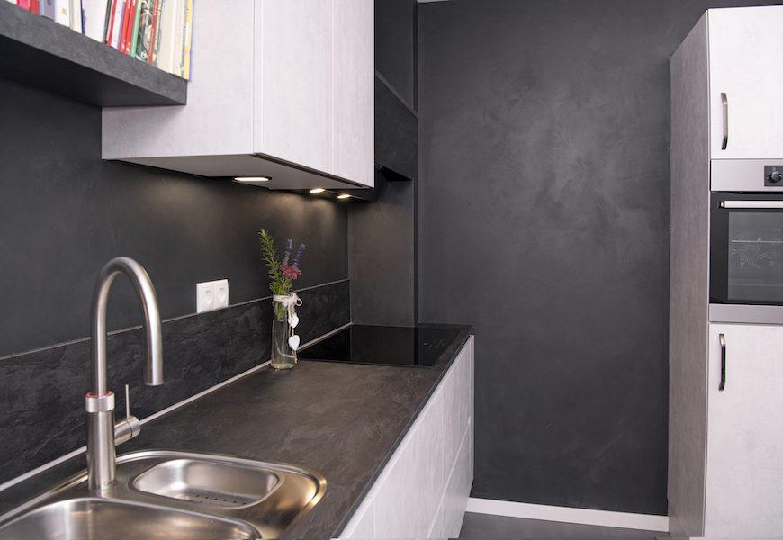 Door een goede afstemming van kleur en afwerking heeft deze keuken een sterke uitstraling.