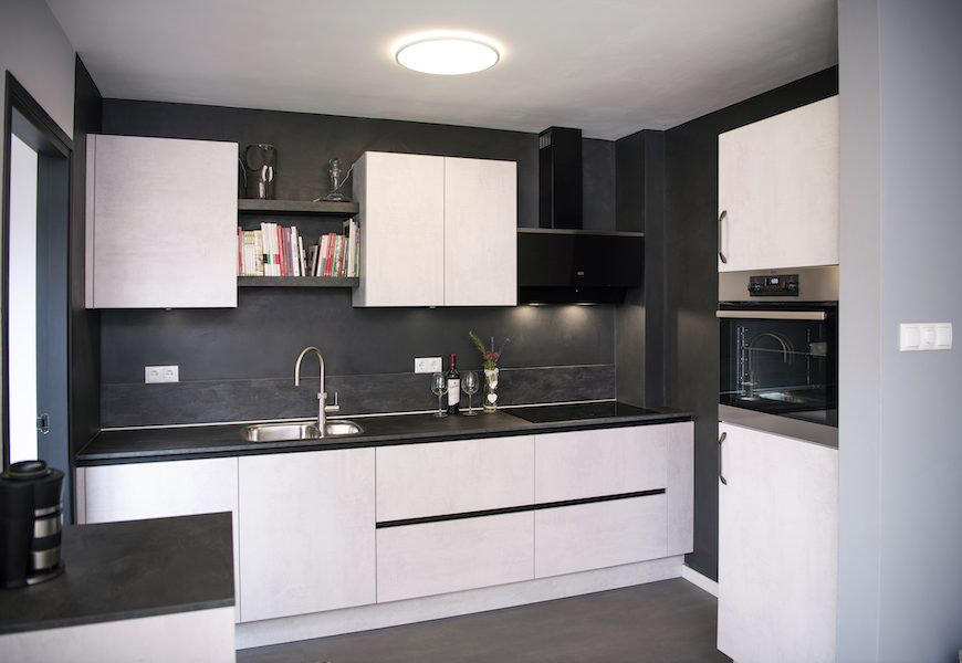 Een strakke, moderne keuken met bijpassend stucwerk.